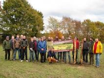 Vrijwilligers na het planten van de boomgaard