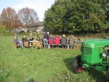 Lunch in de boomgaard bij de picknicktafel